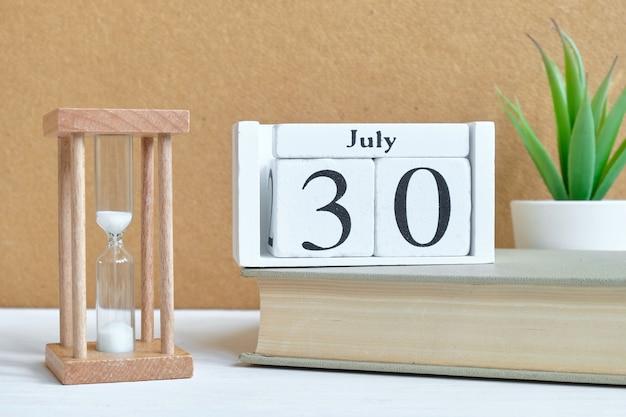 30. juli - kalenderkonzept des 30. tagesmonats auf holzklötzen.
