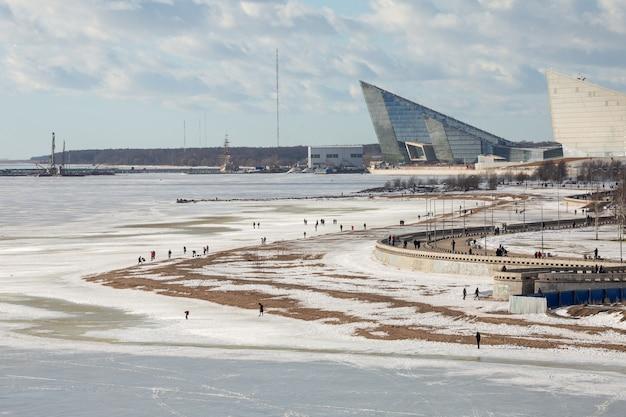 300 jahre park und menschen, die an der seeküste des finnischen golfs im winter sankt petersburg, russland gehen.