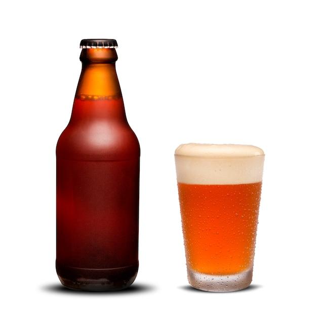 300 ml bierflaschen trocken und glasbier mit tropfen auf weißem hintergrund.