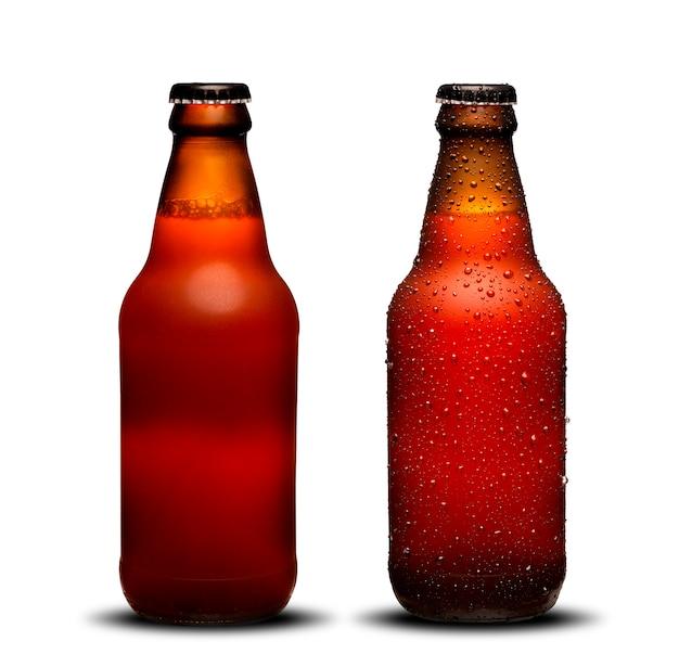 300ml bierflaschen mit tropfen und trocknet auf weißem hintergrund. bockbier.