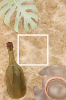 33d-abbildung. strand-sand-hintergrund. strohhut, tropisches blatt und flaschenpost auf sandigem hintergrund, ansicht von oben. weißes linienquadrat für logo und text