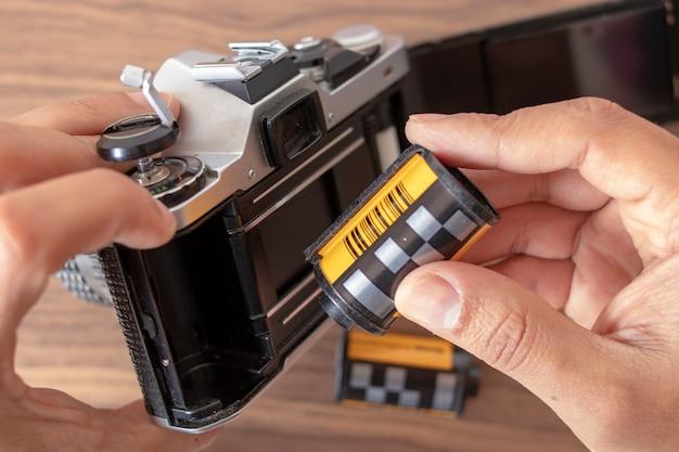 35-mm-film in eine analoge kamera einlegen