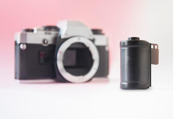 35-mm-filmkanister auf der verschwommenen slr-kamera
