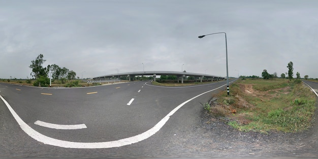 360 grad sphärisches panorama der brücke und der asphaltstraße