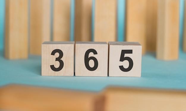 365 - wort geschrieben auf holzklötzen