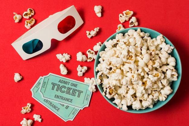 3d-brille mit kinokarten und popcorn