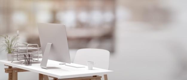 3d-illustration, seitenansicht des schreibtischs mit computer, tasse und büromaterial im unscharfen bürohintergrund, 3d-darstellung