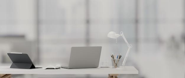3d-rendering, arbeitsbereich mit laptop, tablet, lampe und büromaterial auf dem tisch im büroraum, 3d-illustration