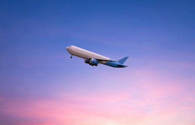 3d-rendering fliegendes flugzeug auf dämmerung himmelshintergrund