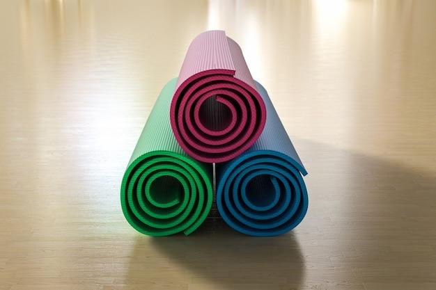 3d-rendering haufen von bunten yogamatten auf dem boden