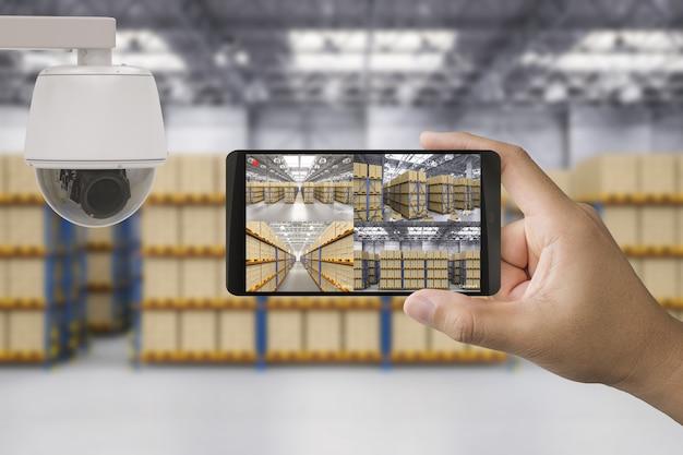 3d-rendering-mobile verbinden sich mit der überwachungskamera im lager