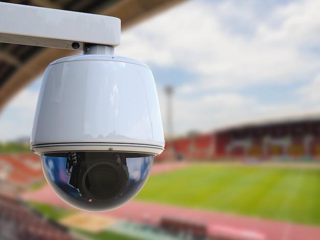 3d-rendering-überwachungskamera oder cctv-kamera mit stadionhintergrund