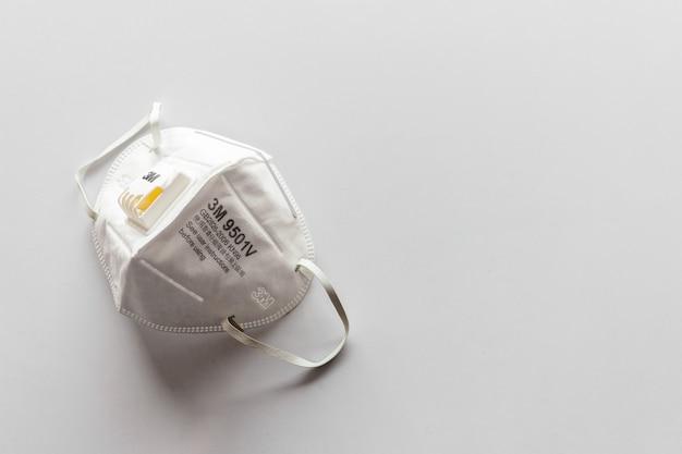 3m n95 luftfiltermaske. persönliche schutzausrüstung auf weißem tisch