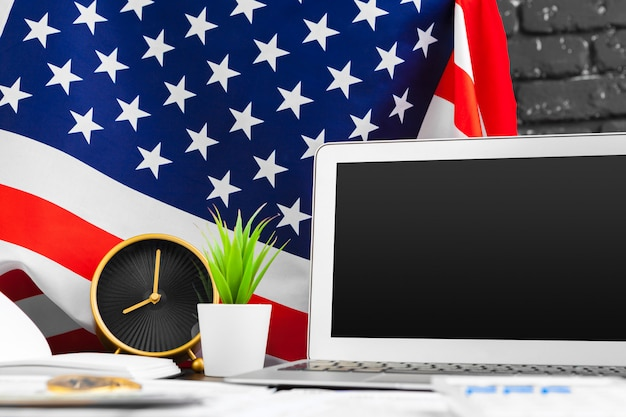 4. juli amerikanischer unabhängigkeitstag usa kennzeichnet dekorationen im schreibtisch mit computer