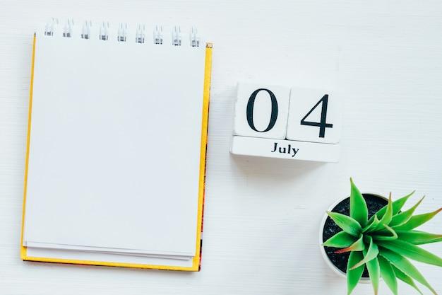 4. juli. kalenderkonzept des vierten tagesmonats auf holzblöcken mit kopierraum.