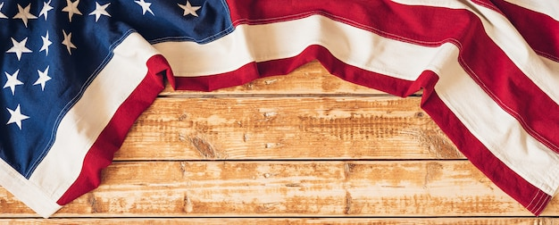 4. juli usa-unabhängigkeitstagbild mit us-flagge auf hölzernem hintergrund.