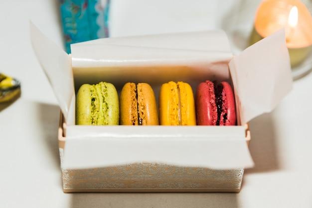 4 macarons in einer dekorierten geschenkbox