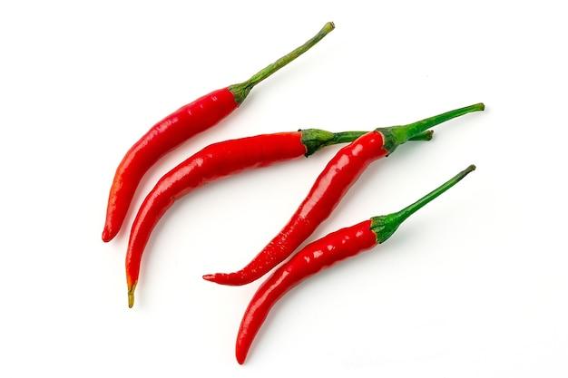 4 red hot chili peppers mit grünem stiel isoliert auf weißem hintergrund. gruppe von rotem chili. ansicht von oben.