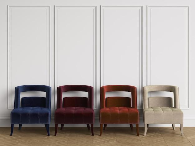 4 stuhl verschiedenen farben im klassischen interieur mit textfreiraum. weiße wände mit leisten. boden parkett fischgrät. 3d-rendering