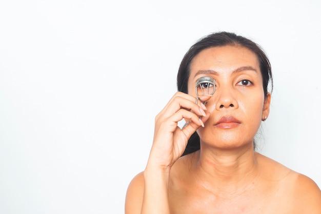 40-49 jahre asiatische frau mit make-upprogramm. schönheit und gesundheit. chirurgie