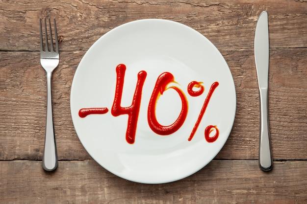 40 rabatt auf lebensmittel lebensmittelverkauf teller mit der aufschrift ketchup und gabel mit messer auf dem tisch