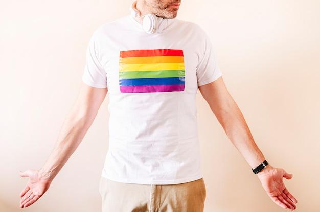 45 jahre alter mann, der ein weißes mit stolzfahnen-t-shirt trägt