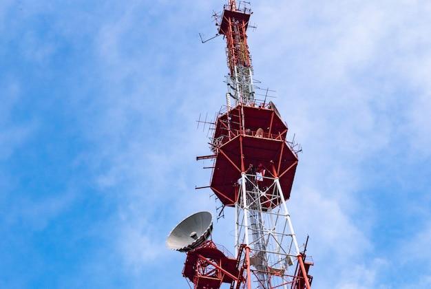 4g tv radio tower mit parabolantenne und satellitenschüssel.