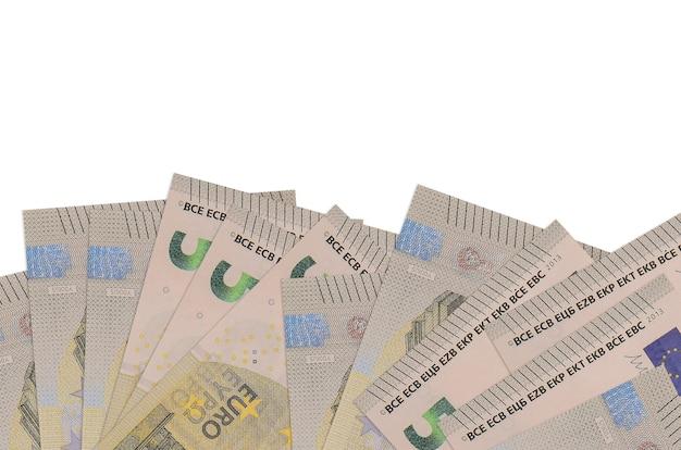 5 euro-scheine liegen auf der unterseite des bildschirms isoliert auf weißer wand mit kopierraum. wandbanner-vorlage für geschäftskonzepte mit geld