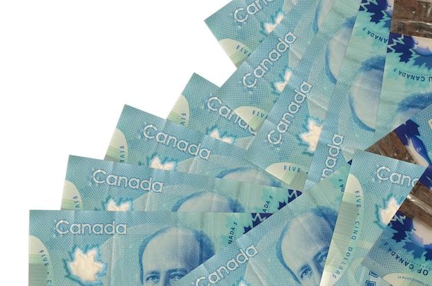 5 kanadische dollarnoten liegen in unterschiedlicher reihenfolge isoliert auf weiß. lokales bank- oder geldverdienungskonzept.