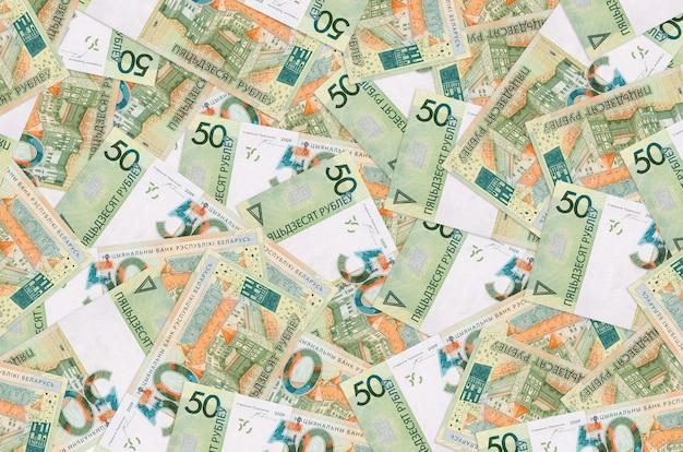 50 belorussische rubelscheine liegen auf einem großen haufen