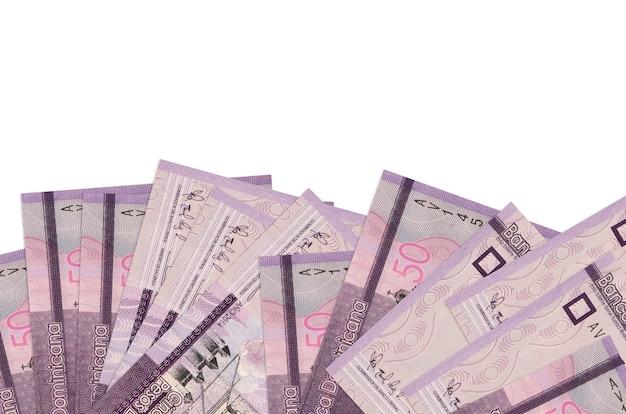 50 dominikanische pesos-scheine liegen auf der unterseite des bildschirms, isoliert auf weißer wand mit kopierraum.