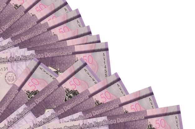 50 dominikanische pesos-scheine liegen isoliert auf weiß