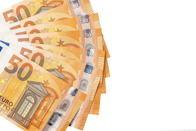 50 euro banknoten sind auf einem weiß isoliert