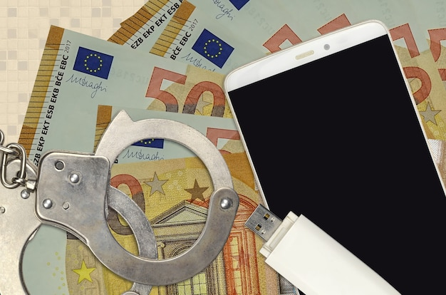 50 euro-scheine und smartphone mit polizeihandschellen. konzept von hacker-phishing-angriffen, illegalem betrug oder online-spyware-softdistribution