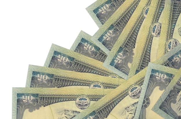 50 nepalesische rupienscheine liegen in unterschiedlicher reihenfolge isoliert auf weiß. lokales bank- oder geldverdienungskonzept.
