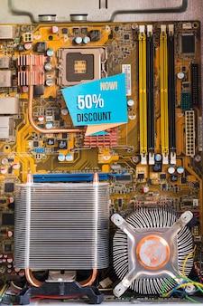 50% rabattaufschrift im computergehäuse
