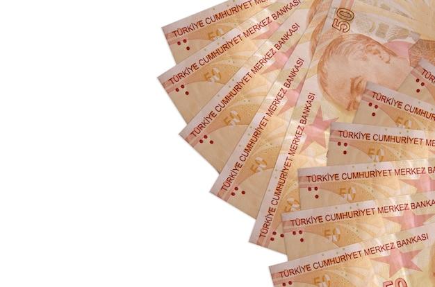 50 türkische lira-rechnungen liegen isoliert auf weißem hintergrund mit kopierraum