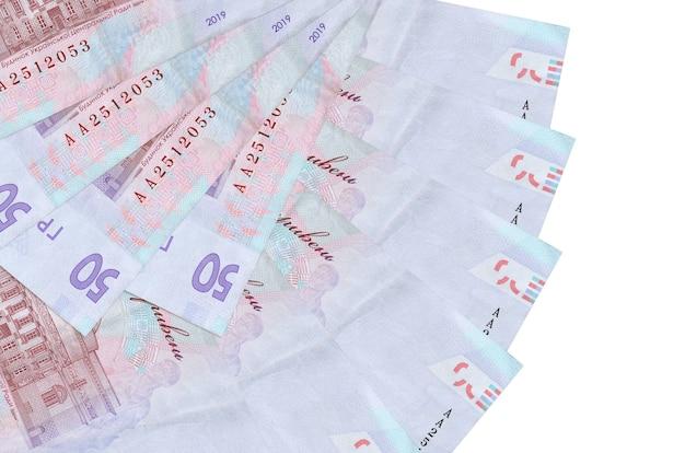 50 ukrainische griwna-scheine liegen isoliert auf weißer wand mit in fächerform gestapeltem kopierraum in nahaufnahme. finanztransaktionskonzept