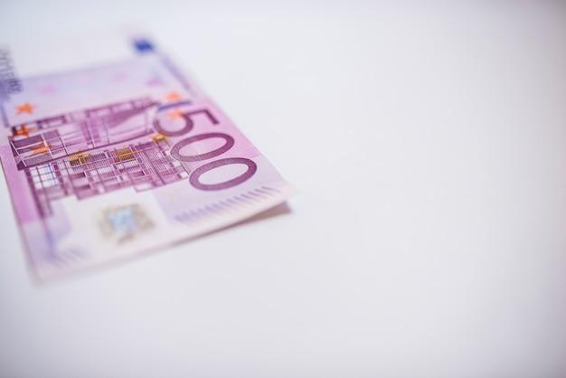 500 euro-banknoten in einer reihe. währung der europäischen union stapel von 500 euro-banknoten.