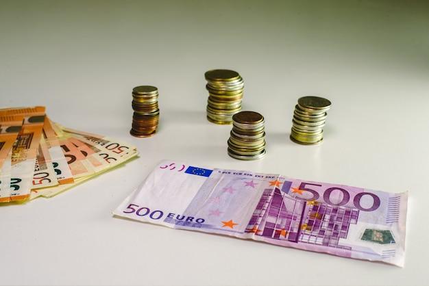 500 euro-banknoten und -münzen aus dem korruptionsgeschäft.
