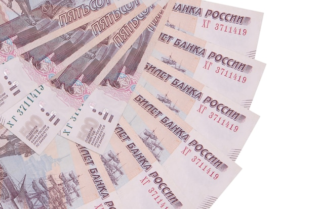 500 russische rubel rechnungen liegen isoliert auf weißer wand mit kopienraum in fächerform gestapelt nahaufnahme gestapelt. finanztransaktionskonzept