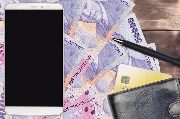 50000 rumänische leu-rechnungen und smartphone mit geldbörse und kreditkarte