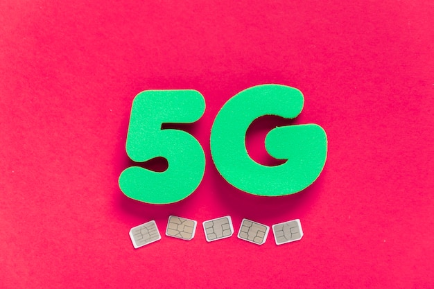 5g auf normalem hintergrund mit sim-karten