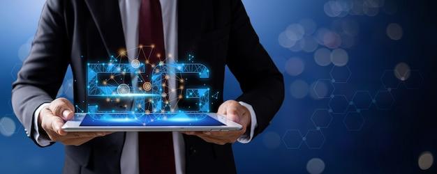 5g netzwerksymbol mit leitungsverbindung, geschäftsmann, der tablette mit internetdienst und online-netzwerkkonzept hält