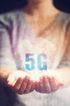 5g-symbol in den händen der frau gehalten.