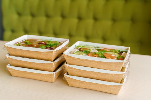 6 grüne natursalate in öko-thermobox. bio-gerichte. biologisch abbaubares einweggeschirr.