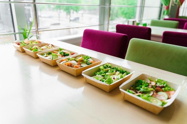 6 grüne natursalate in öko-thermobox mit microgreen, kalb, gurke, tomate, käse, granat, schale. sicherheitslieferung bei quarantäne-covid 19. online-bestellung.