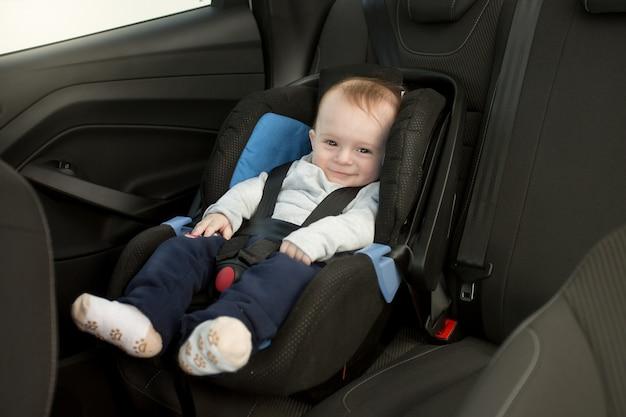 6 monate altes baby im autokindersitz