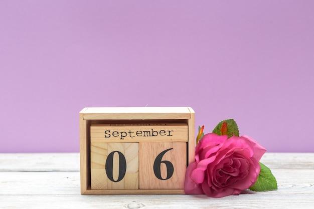6. september bild des hölzernen kalenders am 6. september auf holztisch. herbsttag