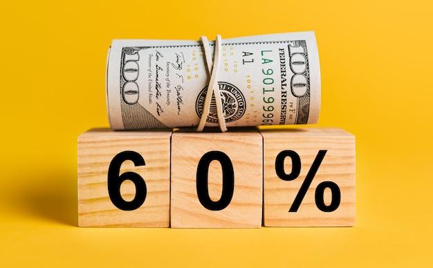 60 zinsen mit geld auf einem gelben platz